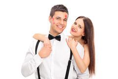Gelukkige die kerel in kussen door een mooie vrouw wordt behandeld Stock Foto