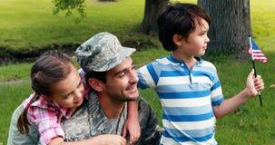 Gelukkige die militair met zijn zoon en dochter wordt herenigd stock video