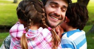 Gelukkige die militair met zijn zoon en dochter wordt herenigd stock videobeelden