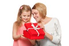Gelukkige die moeder en dochter met giftdoos, op witte achtergrond wordt geïsoleerd Stock Foto