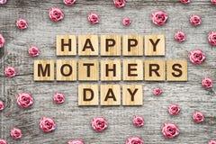 Gelukkige die Moederdag, woord op houten blokken wordt geschreven Mooie rozen Houten achtergrond Felicitatie achtergrond De kaart royalty-vrije stock afbeelding