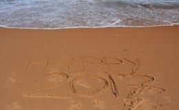 Gelukkige 2017 die op het strand van letters voorzien Royalty-vrije Stock Foto's