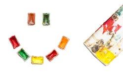 Gelukkige die smiley van gebruikte oude kleurrijke waterverfverven wordt gemaakt op witte achtergrond Vreugde en inspiratie tijde Stock Foto's