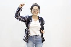 Gelukkige die student met wapens op lucht worden opgeheven royalty-vrije stock fotografie