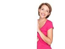 Gelukkige die vrouw met banner op witte achtergrond wordt geïsoleerd Royalty-vrije Stock Fotografie