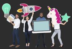 Gelukkige diverse mensen die creatieve ideepictogrammen houden stock foto's