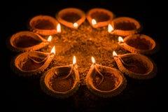 Gelukkige Diwali en cirkel van Diya - vele Terracottadiyas of olielampen schikten over kleioppervlakte of grond in ronde of cirke stock foto's