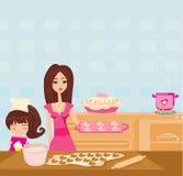 Gelukkige dochter die haar moeder het koken in de keuken bevorderen Stock Afbeeldingen