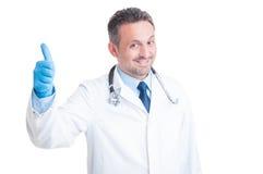 Gelukkige dokter of arts die tonen als Royalty-vrije Stock Fotografie