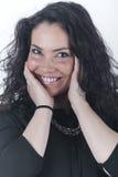 Gelukkige donkerbruine vrouw die op witte achtergrond glimlachen Stock Foto