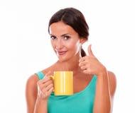 Gelukkige donkerbruine vrouw met koffiemok Stock Fotografie
