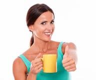 Gelukkige donkerbruine vrouw met koffiemok Stock Afbeeldingen