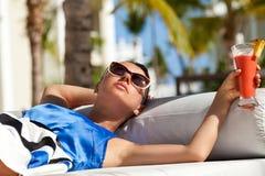 Gelukkige donkerbruine vrouw op vakantie royalty-vrije stock afbeelding