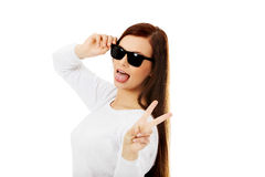Gelukkige donkerbruine vrouw in zonnebril Stock Foto
