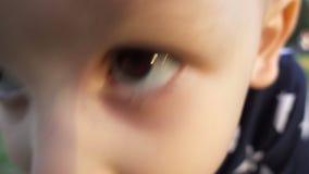 Gelukkige drie éénjarigenjongen die camera bekijken stock video