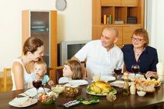 Gelukkige drie generatiesfamilie over eettafel thuis Stock Fotografie