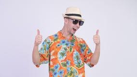 Gelukkige duimen opgeven die kijken en toeristenmens die voor vakantie wordt opgewekt stock videobeelden