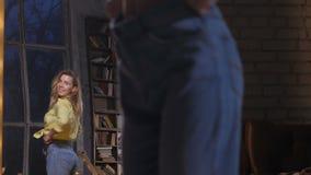 Gelukkige dunnere vrouw in grote jeans die bij spiegel dansen stock footage