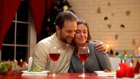 Gelukkige echtgenoot en vrouw op Kerstmisvooravond, mens die teder dame, vakantie koesteren royalty-vrije stock afbeeldingen