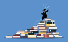 Gelukkige een diploma behalende student die tot de bovenkant van boekstapels beklimmen Stock Foto
