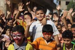 Gelukkige Egyptische jonge geitjes die bij liefdadigheidsgebeurtenis spelen in giza, Egypte Stock Foto