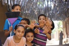Gelukkige Egyptische jonge geitjes die in de straat in giza, Egypte spelen Stock Foto's