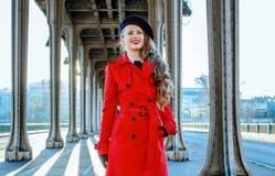 Gelukkige elegante toeristenvrouw die in Parijs de afstand onderzoeken royalty-vrije stock fotografie