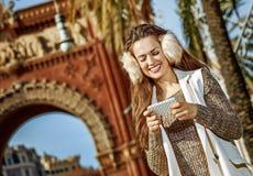 Gelukkige elegante vrouw die in Barcelona, Spanje sms schrijven royalty-vrije stock afbeeldingen