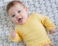 Gelukkige en gezonde 4 maanden babymeisje het liggen Stock Afbeelding