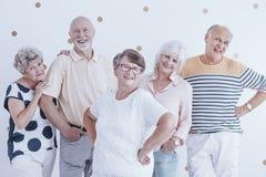 Gelukkige en glimlachende groep hogere mensen stock fotografie