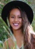 Gelukkige en glimlachende jonge vrouw royalty-vrije stock afbeeldingen