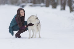 Gelukkige en het Glimlachen het Kaukasische Donkerbruine Vrouw Spelen met Husky Dog Outdoors in Park stock foto's