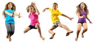 Gelukkige en kinderen die uitoefenen springen Royalty-vrije Stock Fotografie