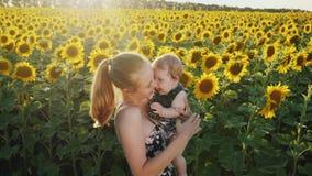 Gelukkige en Moeder en Baby die kussen koesteren stock videobeelden