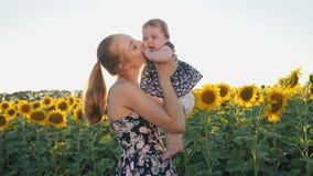 Gelukkige en Moeder en Baby die kussen koesteren stock footage