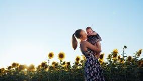 Gelukkige en Moeder en Baby die kussen koesteren stock video