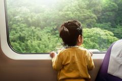 Gelukkige en Opgewekte Jonge geitjes die door Trein reizen Een Twee Jaar oud Meisje Stock Afbeeldingen