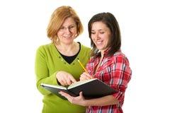 Gelukkige en smilling dochter met geïsoleerdeo moeder, Stock Foto's