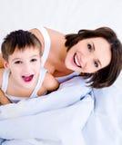 Gelukkige en vrolijke jonge moeder en zoon Stock Foto's