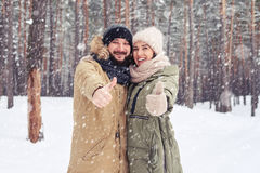 Gelukkige en vrolijke mensen die goede stemming uitdrukken wanneer het doorbrengen van tijd t Royalty-vrije Stock Foto