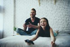 Gelukkige enige vader en tienerdochter stock fotografie