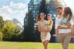 Gelukkige familie in aard Mooie Ouders en Kinderen in openlucht Stock Afbeeldingen