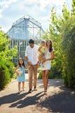Gelukkige familie in aard Mooie Ouders en Kinderen in openlucht Royalty-vrije Stock Afbeeldingen