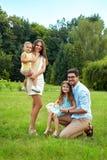 Gelukkige familie in aard Mooie Ouders en Kinderen in openlucht Stock Fotografie