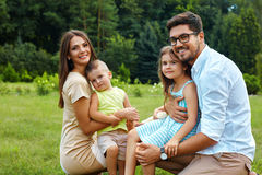 Gelukkige familie in aard Mooie Ouders en Kinderen in openlucht Royalty-vrije Stock Afbeelding