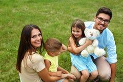 Gelukkige familie in aard Mooie Ouders en Kinderen in openlucht Stock Afbeelding