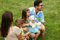 Gelukkige familie in aard Mooie Ouders en Kinderen in openlucht Stock Foto's