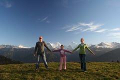 Gelukkige familie in Alpen stock foto's