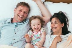 Gelukkige familie in bed Royalty-vrije Stock Afbeeldingen