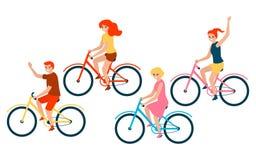 Gelukkige familie berijdende fietsen Vader, moeder en kinderendochters Vectordieillustratie op witte achtergrond wordt geïsoleerd royalty-vrije illustratie